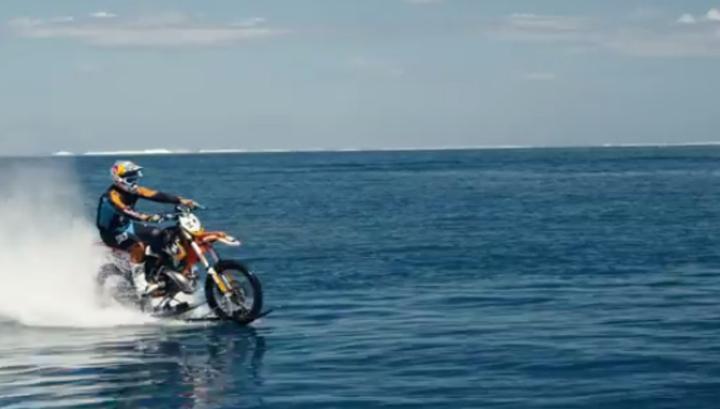 Австралиец прокатился на мотоцикле по морю, как по суше. Видео