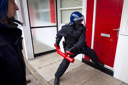 Два пьяных британца провели пять часов в банковском хранилище