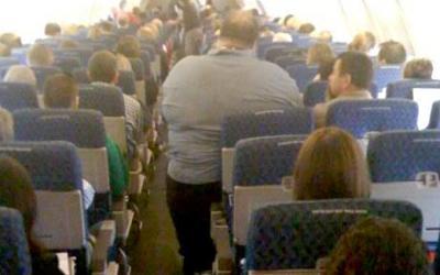 Австралиец подал в суд на авиакомпанию из-за полного пассажира