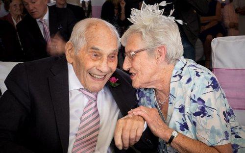 Влюбленные из Британии стали старейшими в мире молодоженами