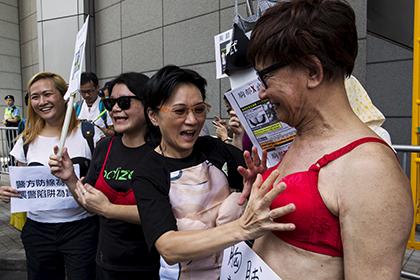 Сотни китайцев надели лифчики в знак протеста против полицейского произвола