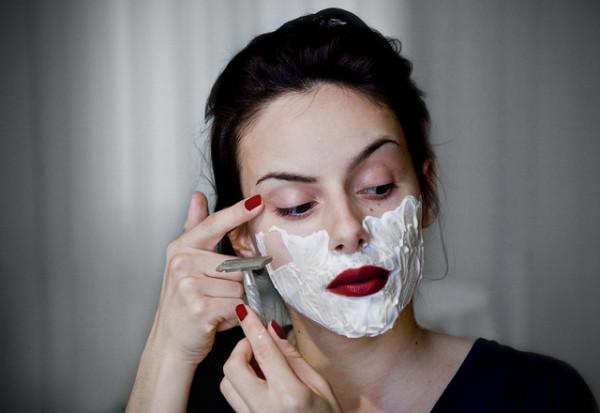 Ради избавления от морщин женщины бреют лица